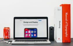 Πιό πρόσφατο iPhone Χ 10 με το σχέδιο και την επίδειξη Στοκ Εικόνες
