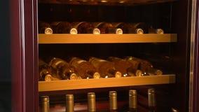 Πιό ψυχρά μπουκάλια κρασιού καταστημάτων γραφείου κινηματογραφήσεων σε πρώτο πλάνο που διατηρούν την υγρασία φιλμ μικρού μήκους