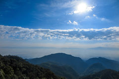 Πιό forrest θέα βουνού βροχής με το φως του ήλιου, ομίχλη σύννεφων στοκ φωτογραφίες