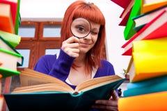 πιό magnifier έφηβος βιβλίων Στοκ Φωτογραφία