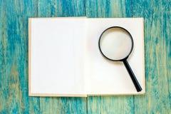πιό magnifier ανοικτός βιβλίων Στοκ εικόνα με δικαίωμα ελεύθερης χρήσης