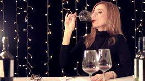 Πιό sommelier δοκιμάζοντας κρασί γυναικών και γράψιμο κάτω των εντυπώσεων σε ένα σημειωματάριο απόθεμα βίντεο