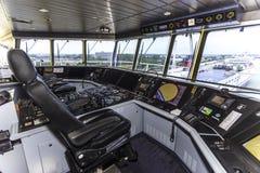 Πιλοτήριο ενός τεράστιου σκάφους εμπορευματοκιβωτίων στοκ εικόνες