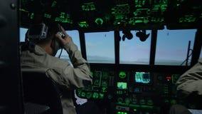 Πιλότοι στον προσομοιωτή πιλοτηρίων ελικοπτέρων από την επιτροπή οργάνων φιλμ μικρού μήκους