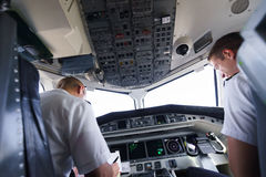 Πιλότοι στο πιλοτήριο αεροσκαφών Στοκ φωτογραφίες με δικαίωμα ελεύθερης χρήσης