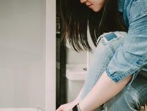 Πλάγια όψη από τη γυναίκα ομορφιάς hipster στο ύφασμα Jean και μπλε έξυπνο Στοκ Φωτογραφία