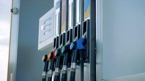 Πλάγια όψη μιας αντλίας βενζίνης με τα πολύχρωμος-αντιμετωπισμένα πιστόλια απόθεμα βίντεο