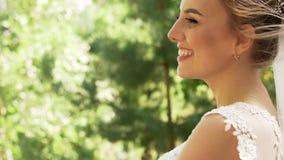 Πλάγια όψη μιας γοητευτικής θετικής νέας νύφης γυναικών φιλμ μικρού μήκους