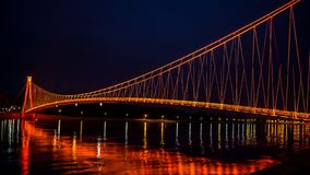 Πλάγια όψη μιας ζωηρόχρωμης σύγχρονης για τους πεζούς γέφυρας Νύχτα στο Όσιγιεκ στοκ φωτογραφία με δικαίωμα ελεύθερης χρήσης
