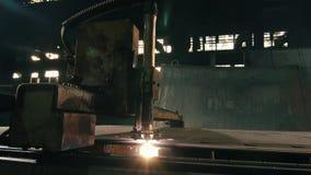 Πλάγια όψη μιας τέμνουσας μηχανής λέιζερ που κόβει ένα παχύ φύλλο απόθεμα βίντεο