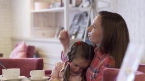Πλάγια όψη - μια νέα μητέρα κρατά την όμορφη μικρή κόρη της φιλμ μικρού μήκους