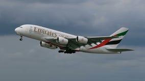 Πλάγια όψη να ανυψώσει επάνω το airbus A380 φιλμ μικρού μήκους