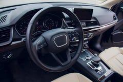 Πλάγια όψη οδηγών αυτοκινήτων εσωτερική Σύγχρονο εσωτερικό σχέδιο αυτοκινήτων στοκ εικόνες