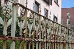 Πλάγια όψη στον παλαιό φράκτη επεξεργασμένος-σιδήρου με τις floral διακοσμήσεις στοκ εικόνα
