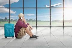 Πλάγια όψη της ασιατικής συνεδρίασης και της ομιλίας ατόμων στο κινητό τηλέφωνο ενώ wa Στοκ Εικόνες