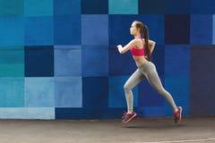 Πλάγια όψη της γυναίκας που αντιτίθεται το φωτεινό τοίχο Στοκ εικόνες με δικαίωμα ελεύθερης χρήσης