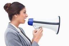 Πλάγια όψη της πωλήτριας που χρησιμοποιεί megaphone Στοκ Εικόνες