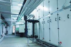 Πλάγια όψη της τεράστιας γκρίζας βιομηχανικής διαχειριζόμενης μονάδας αέρα στο δωμάτιο εγκαταστάσεων εξαερισμού στοκ εικόνες