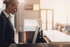πλάγια όψη του ελκυστικού νέου εργαζομένου αερολιμένων στον εργασιακό χώρο στον έλεγχο αερολιμένων Στοκ Φωτογραφία