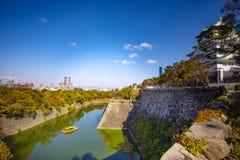 Πλάγια όψη του κάστρου της Οζάκα και του αστικού ορίζοντα ενάντια στον όμορφο σαφή μπλε ουρανό στοκ εικόνες με δικαίωμα ελεύθερης χρήσης