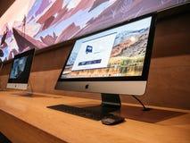 Πλάγια όψη του πιό πρόσφατου υπέρ επαγγελματικού τερματικού σταθμού της Apple iMac Στοκ Εικόνες