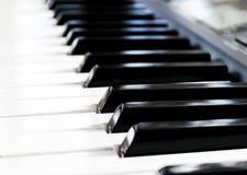 Πλάγια όψη των κλειδιών πιάνων στενό πιάνο πλήκτρων επάνω στενή μετωπική άποψη Πληκτρολόγιο πιάνων με την εκλεκτική εστίαση διαγώ Στοκ εικόνα με δικαίωμα ελεύθερης χρήσης