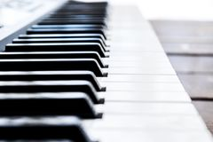 Πλάγια όψη των κλειδιών πιάνων στενό πιάνο πλήκτρων επάνω στενή μετωπική άποψη Πληκτρολόγιο πιάνων με την εκλεκτική εστίαση διαγώ Στοκ Φωτογραφίες