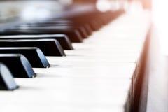 Πλάγια όψη των κλειδιών πιάνων στενό πιάνο πλήκτρων επάνω στενή μετωπική άποψη Πληκτρολόγιο πιάνων με την εκλεκτική εστίαση διαγώ στοκ εικόνες