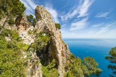 Πλάγια όψη Arco Naturale, νησί Capri, Ιταλία στοκ εικόνες