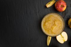 Πλάκα πλακών με σπιτικό Applesauce Στοκ Εικόνες