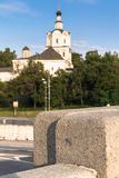 Πλάκες γρανίτη της γέφυρας Kostomarovskyj στο υπόβαθρο του αρχαίου μοναστηριού Andronikov Μόσχα Ρωσία Στοκ φωτογραφία με δικαίωμα ελεύθερης χρήσης