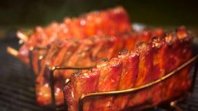Πλάκες BBQ των μπριζολών με τη βύθιση της σάλτσας στοκ εικόνα με δικαίωμα ελεύθερης χρήσης