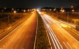 πλάνο νύχτας οδών ταχείας κυκλοφορίας Στοκ Φωτογραφίες