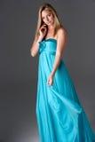 Πλάνο στούντιο της γυναίκας στο μπλε φόρεμα βραδιού στοκ εικόνες