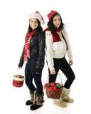 Πλάτη με πλάτη αδελφές Χριστουγέννων Στοκ φωτογραφία με δικαίωμα ελεύθερης χρήσης