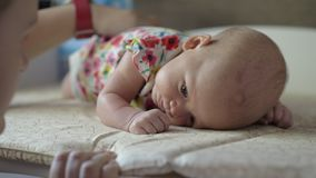 Πλάτη μωρών κτυπήματος Mum απόθεμα βίντεο