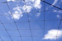 Πλέγμα και μπλε ουρανός Στοκ φωτογραφία με δικαίωμα ελεύθερης χρήσης