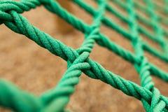 Πλέγμα σχοινιών με το μουτζουρωμένο υπόβαθρο Είναι ένα πράσινο πλέγμα σχοινιών σε μια παιδική χαρά Ι στοκ εικόνες