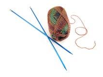 Πλέκοντας βελόνες και νήμα Στοκ φωτογραφία με δικαίωμα ελεύθερης χρήσης