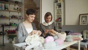 Πλέκοντας γυναίκα που εργάζεται στον πίνακα στο ράψιμο του εργαστηρίου Πλέκοντας ομάδα γυναικών απόθεμα βίντεο