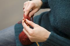 πλέκοντας γυναίκα Στοκ Φωτογραφίες