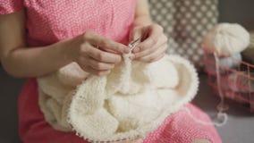 Πλέκοντας ενδύματα μαλλιού γυναικών τεχνών από το μάλλινο νήμα Πλέκοντας χέρια γυναικών απόθεμα βίντεο