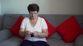 Πλέκοντας κάλτσες ηλικιωμένων γυναικών απόθεμα βίντεο