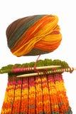 πλέκοντας μαλλί κουβαριών Στοκ φωτογραφία με δικαίωμα ελεύθερης χρήσης