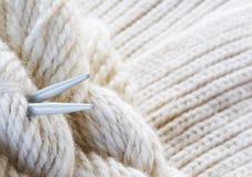 πλέκοντας νήμα βελόνων ανα& Στοκ Φωτογραφία
