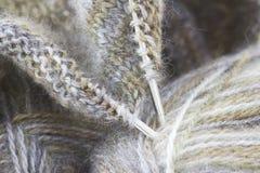 πλέκοντας νήμα βελόνων μάλ&lamb Στοκ φωτογραφία με δικαίωμα ελεύθερης χρήσης