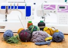 Πλέκοντας νήμα μαλλιού στον πίνακα και τις ράβοντας μηχανές Στοκ φωτογραφίες με δικαίωμα ελεύθερης χρήσης