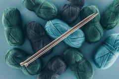 Πλέκοντας νήμα με το πλέξιμο των βελόνων Στοκ φωτογραφίες με δικαίωμα ελεύθερης χρήσης