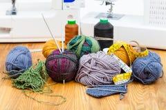 Πλέκοντας νήμα, νήματα και ράβοντας μηχανές Στοκ φωτογραφία με δικαίωμα ελεύθερης χρήσης