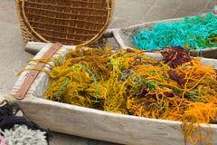 πλέκοντας πολύχρωμο νήμα Στοκ εικόνα με δικαίωμα ελεύθερης χρήσης